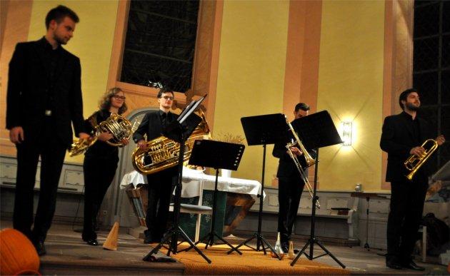 Daniel Albrecht (Trompete), Miriam Zimmermann (Horn), Stefan Kühndorf (Tuba), Julian Huss (Posaune), .Jonas Huck (Trompete)