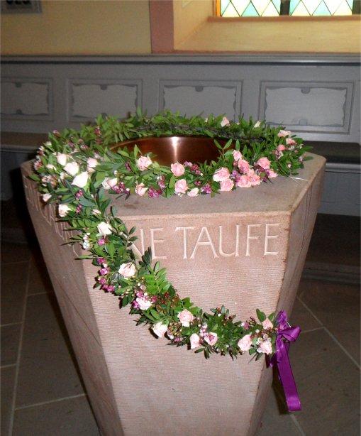Taufstein Martinskirche Schmuck mi.jpg